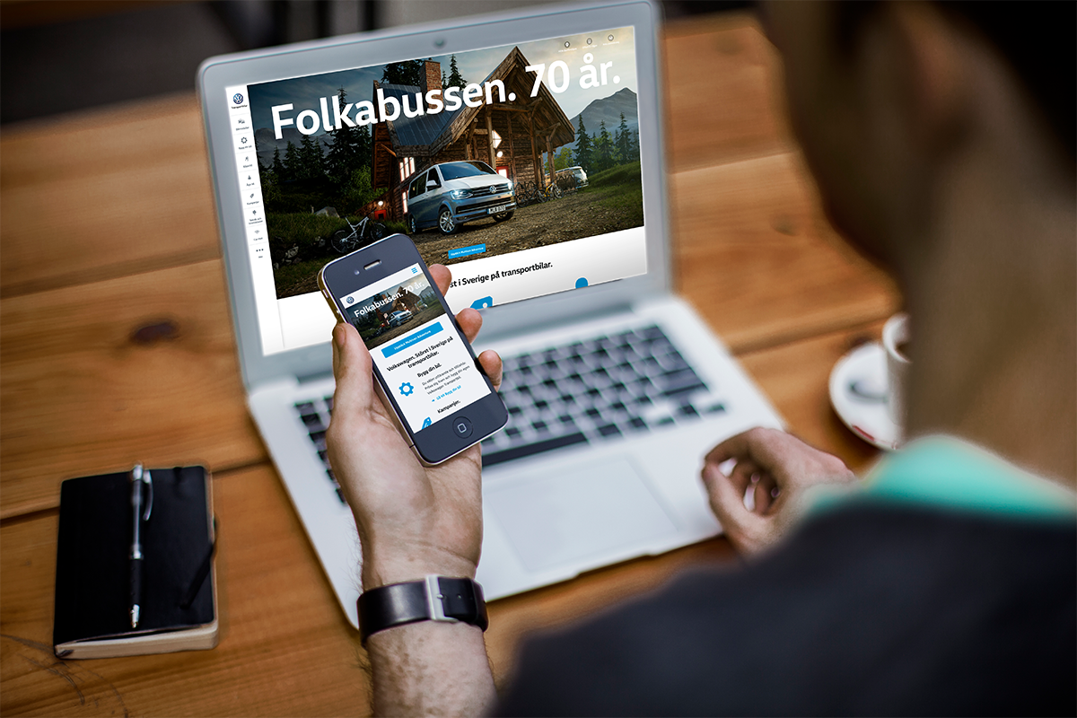 Person surfar på desktop och mobil